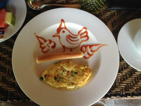 Blue Bird Hotel : Cheerfully decorated breakfast from egg station.