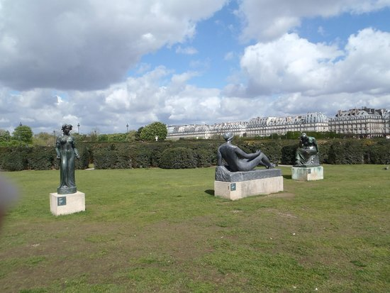 Musee du Louvre: Its more than just the building. Do get out to the park above