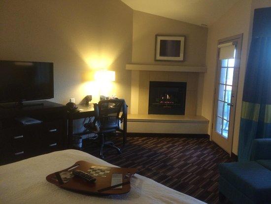 Hampton Inn Morgan Hill: Standard king with fireplace