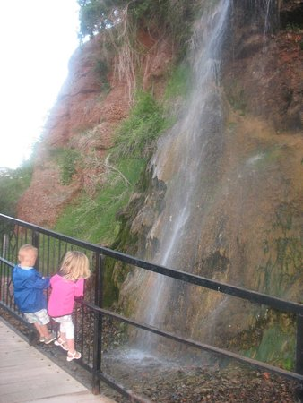 Americas Best Value Inn by the River: waterfall on the path near hotel
