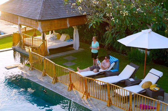Puri Tirta Villas: family enjoying the pool