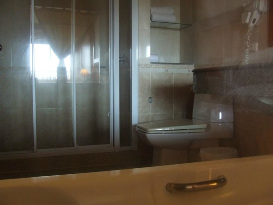 Baumanburi Hotel: Bathroom with seperate bath, shower, spacious
