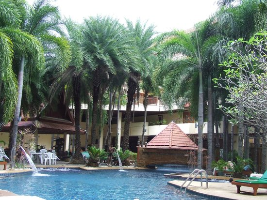 Baumanburi Hotel: Clean, tranquil and relaxing poolside area with pool bar