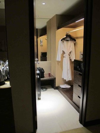 Sheraton Nha Trang Hotel and Spa: walk in robe