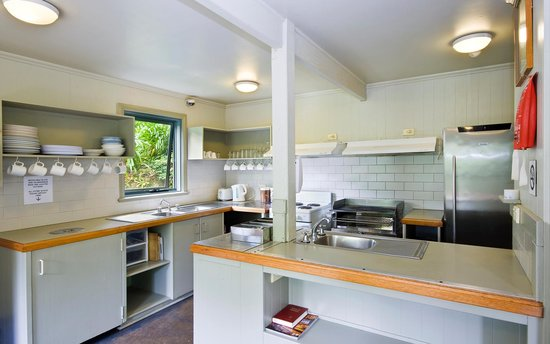 Great Ocean Road Backpackers: Well equipped communal kitchen for backpacker guests