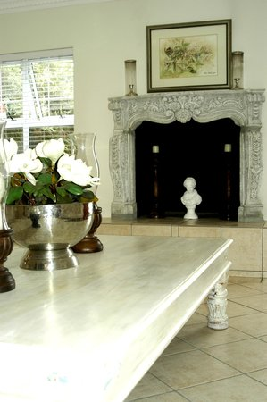 Saffron House Guesthouse & Conference Centre: Foyer area