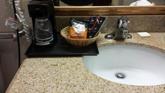 La Quinta Inn & Suites Ft. Pierce: Coffee machine in bathroom