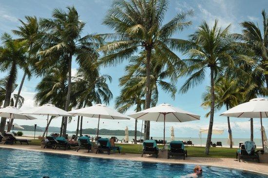 Casa del Mar, Langkawi: Вид с бассейна на пляж