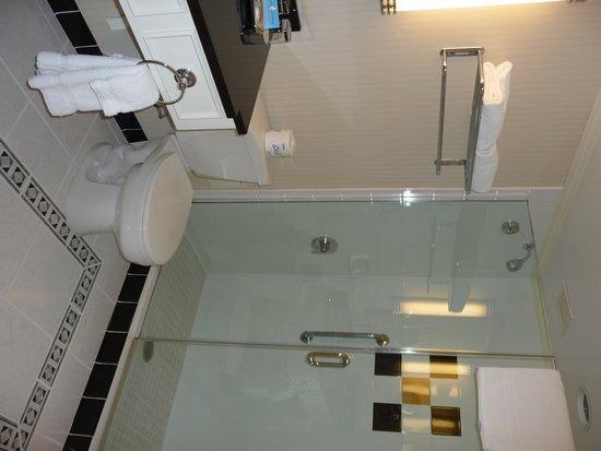The Orchard Hotel: el baño