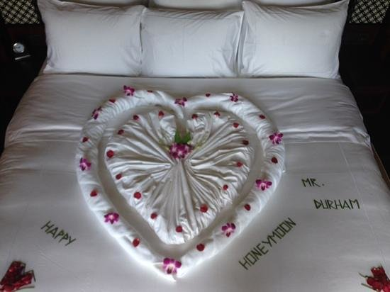 Anantara Layan Phuket Resort: honeymoon bed