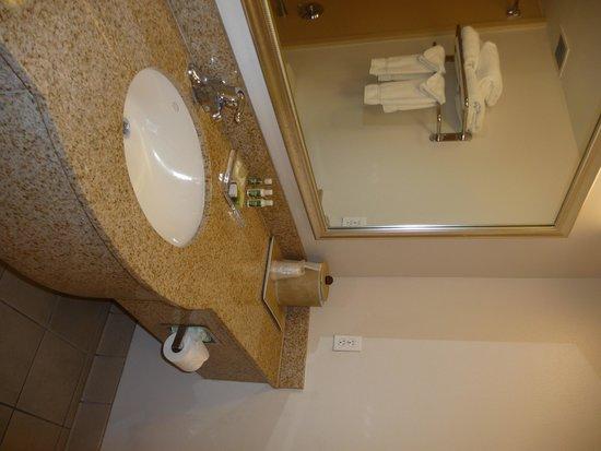 La Quinta Inn & Suites Fresno Riverpark: baño