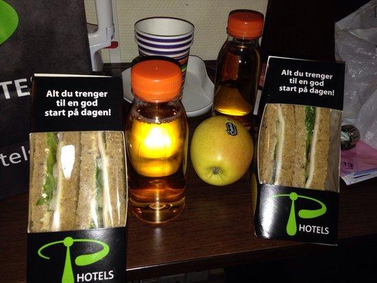 P-Hotels Bergen: Café da manhã...o café você faz sozinho, solúvel...