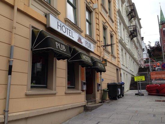 P-Hotels Bergen: Parte do hotel... Do outro lado da rua.. Em cima do pub