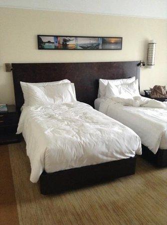 The Peninsula Manila: Twin bed
