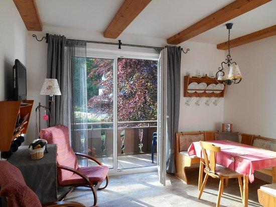 Landhaus Gerum: Wohnzimmer Wohnung HÖRNDL