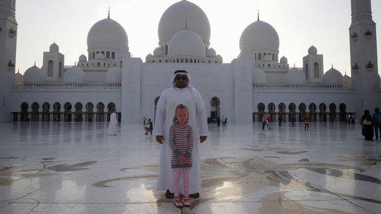 Sheikh  Zayed Mosque: фото с охранником