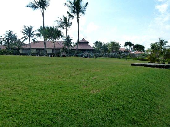 Pan Pacific Nirwana Bali Resort: View of Merica Restaurant/Dining and the Sunset Longue.
