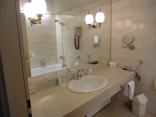 Austria Trend Eventhotel Pyramide: stanza da bagno. l a toilet vera e propria è in uno stanzino adiacente