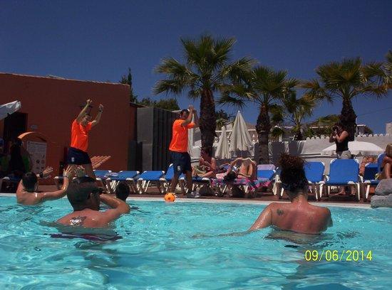 Diverhotel Marbella: Piscina con animadores actuando