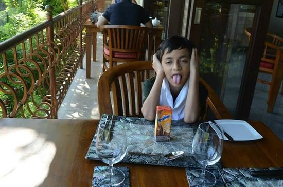Ayung Resort Ubud: breakfast on balcony with a stunning view of mountains