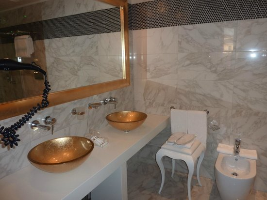 Carnival Palace Hotel: bathroom