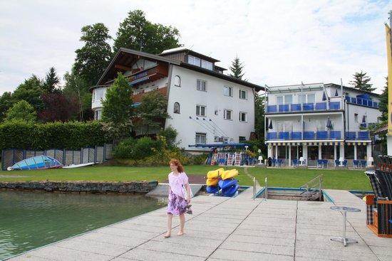 Hotel Barry Memle Lakeside Resort: Hotel vom Strand aus