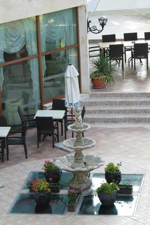 Edelweiss Hotel: под фонтаном крытый бассеин