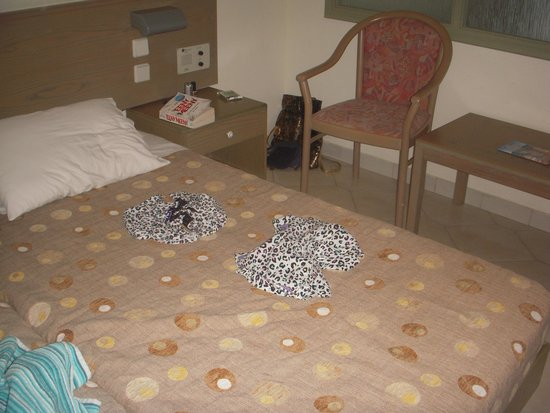 Niriides Hotel: PJ 's arranged on the bed by cleaner !