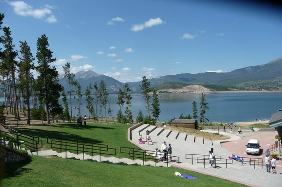 Best Western Ptarmigan Lodge: view of the lake and mts from the amphitheater