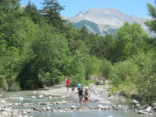 Camping Les Prairies : Rivière bordant le camping