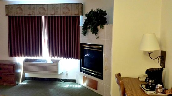 AmericInn Lodge & Suites Rapid City : Gas Fireplace in the Presidential Suite (rm 224)