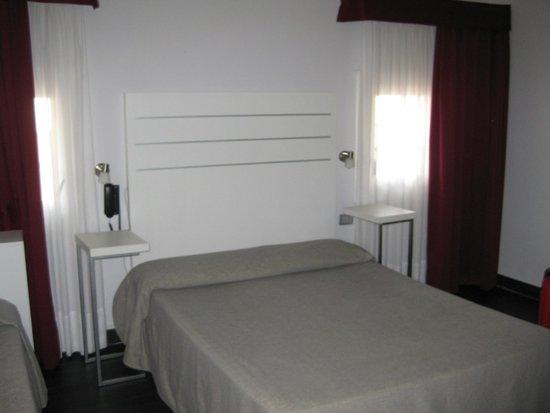 Hotel Aaron: Habitación amplia. Doble (venía con cama supletoria)