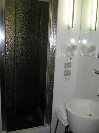 Hotel Aaron: Baño moderno, amplio y limpio.