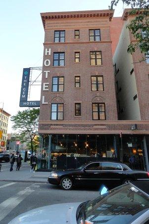 The GEM Hotel Chelsea: Côté 22nd st - entrée de l'hôtel