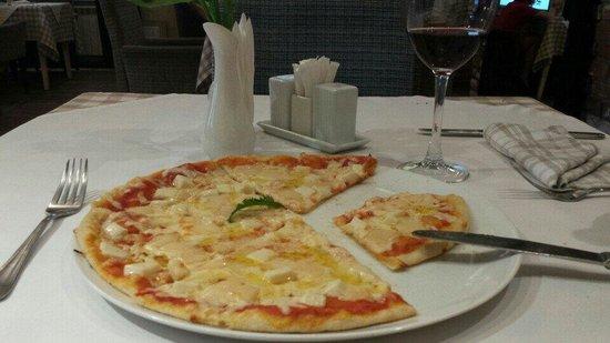Prego Italian Restaurant: Pizza 4 formaggi (small portion)