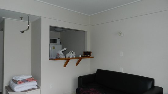 Mt Cook Lodge and Motels: Living area and kitchen