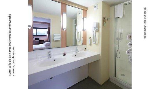 dans les suites, doubles vasques, baignoire, douche et wc séparés ...