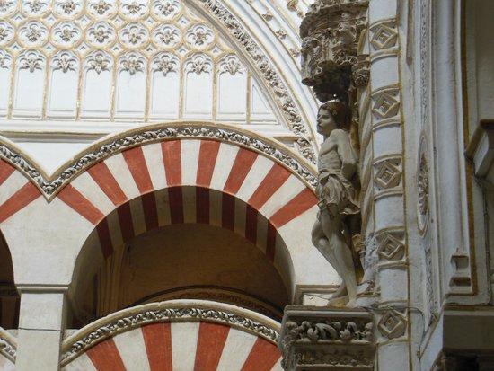 Moschee-Kathedrale (Mezquita de Córdoba): 赤と白のアーチ、聖セバスチャン