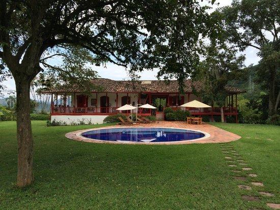 Hacienda Venecia Coffee Farm: Der Pool mit dem Haupthaus im Hintergrund