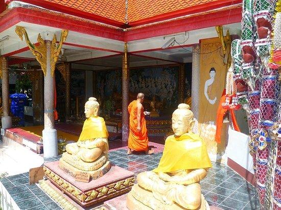 Big Buddha Temple (Wat Phra Yai) : un monaco offrire cibo ai monaci è di buon augurio