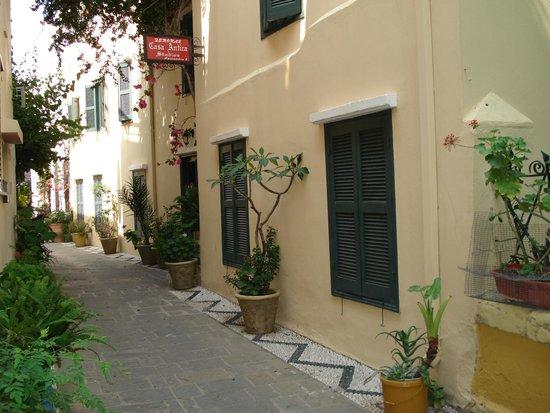 Casa Antica: Το δωμάτιο μας ( ΜΟDIGLIANI ) είναι τα δυο παραθυρόφυλλα  πάνω  στον δρόμο.