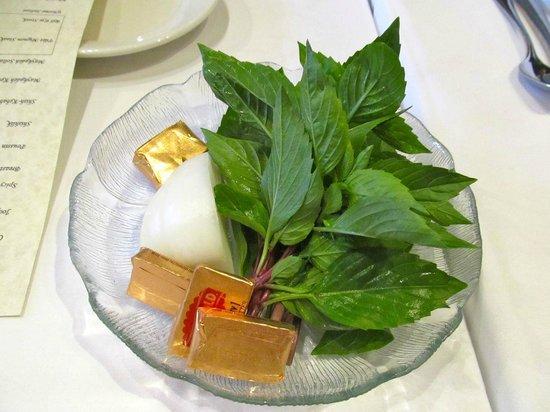Maykadeh : Basil and onion served with pita bread