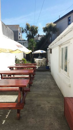 Oceans Cafe : Large sun terrace to rear of cafe
