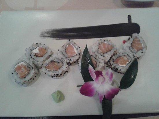 Hanami: uramaki miura con salmone crudo