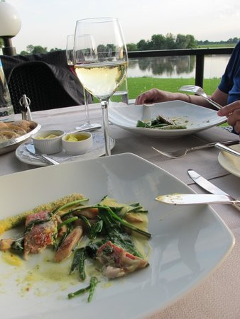 Hostellerie de Hamert: Een van de fraaie gerechten rode mul met asperges
