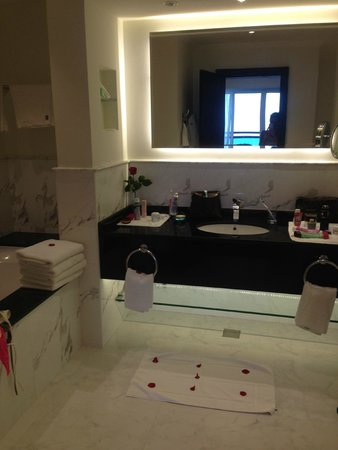 Le Meridien Al Aqah Beach Resort : Bath room in the suite