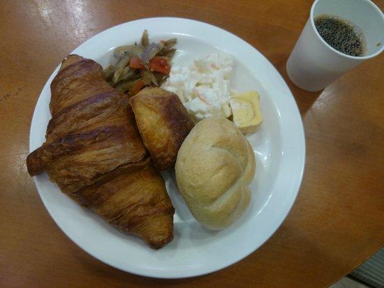 Toyoko Inn Haneda Airport 1: 羽田2の方でもいただける朝食(パン食)