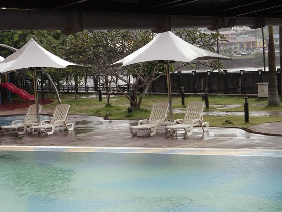Grand Margherita Hotel: The pool when it was raining