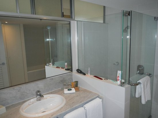 Reef View Hotel: Shower and sink.