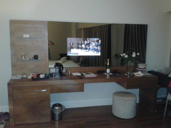 Liberty Hotels Lara : Встроенный в зеркало телевизор в номере